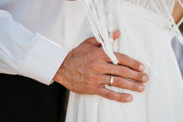 Noiva e noivo sendo afetuosos no dia do casamento