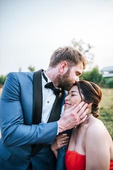 Noiva e noivo têm romance e feliz juntos