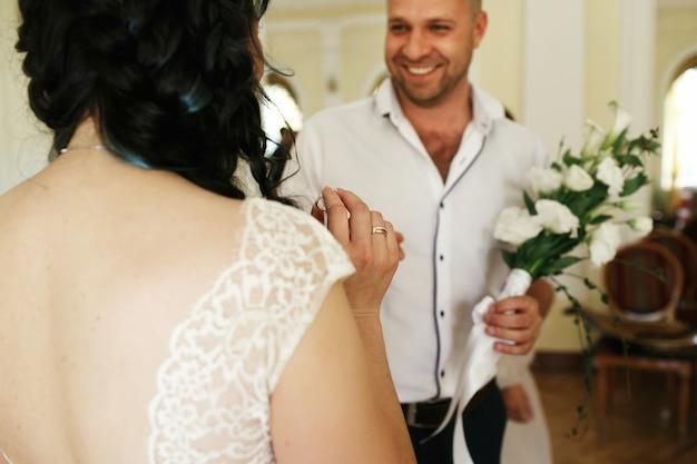 Noiva e noivo trocam os anéis durante a cerimônia