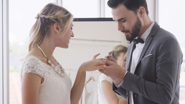 Noiva e noivo vestido de noiva preparar cerimônia.
