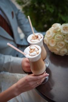 Noiva e o noivo bebem uma xícara de café com leite na data.