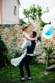 Noiva elegante e feliz com um buquê de peônias