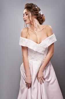 Noiva elegante tocando seu vestido e olhando para baixo