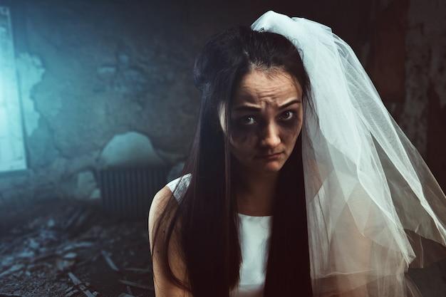 Noiva em desalinho com rosto manchado de lágrimas