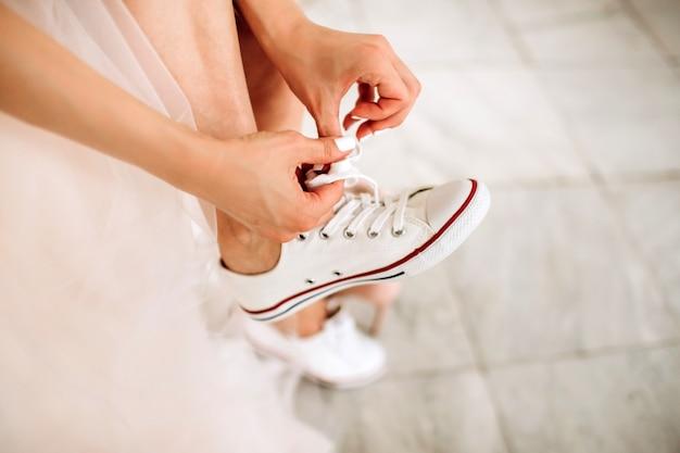 Noiva em sapatos de vestido de noiva. sapatos de dama de honra