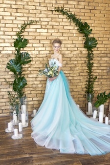 Noiva em um lindo vestido turquesa casamento