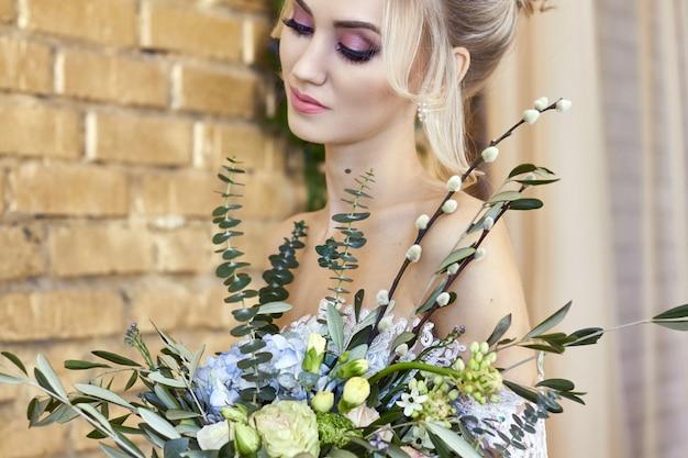Noiva em um lindo vestido turquesa em antecipação ao casamento