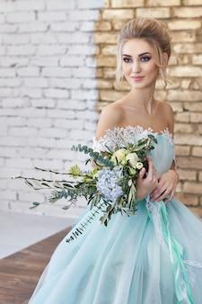 Noiva em um lindo vestido turquesa no casamento