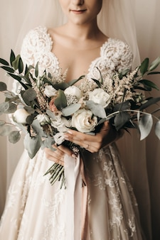 Noiva em um vestido de noiva incrível com um lindo buquê