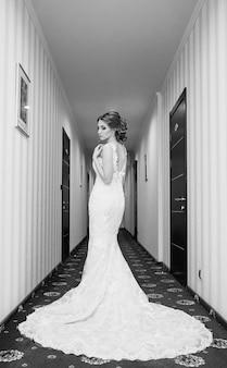 Noiva em um vestido de noiva luxuoso