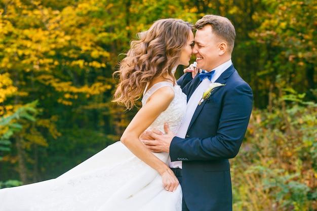 Noiva encaracolada elegante e noivo elegante