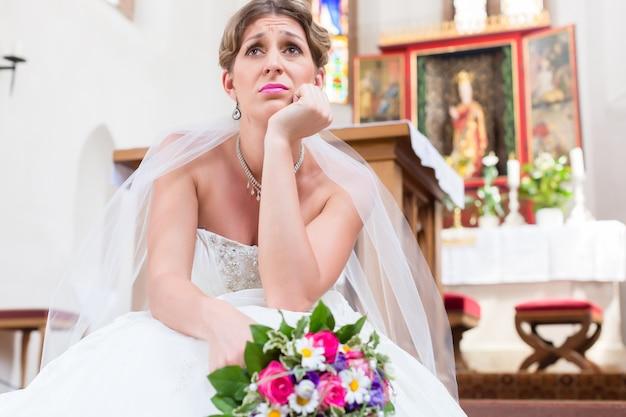 Noiva esperando sozinha pelo casamento e frustrada