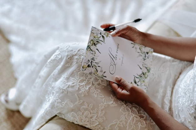 Noiva está escrevendo os votos de casamento, símbolos do dia do casamento