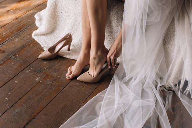 Noiva experimentando sapatos de casamento envernizados
