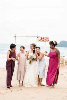 Noiva feliz e convidados em seu casamento