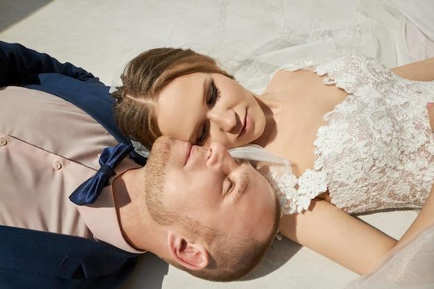 Noiva feliz e noivo abraçando e beijando, amor