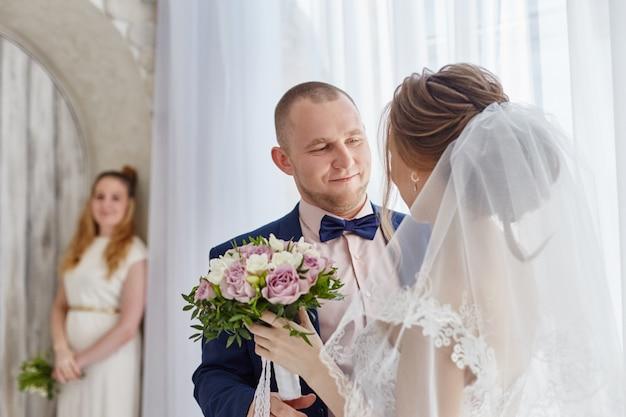 Noiva feliz e noivo abraçando e beijando