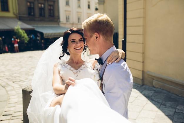 Noiva feliz nos braços de seu noivo