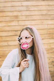 Noiva garota feliz com véu de noiva se divertindo, despedida de solteira, despedida de solteira, conceito de festa