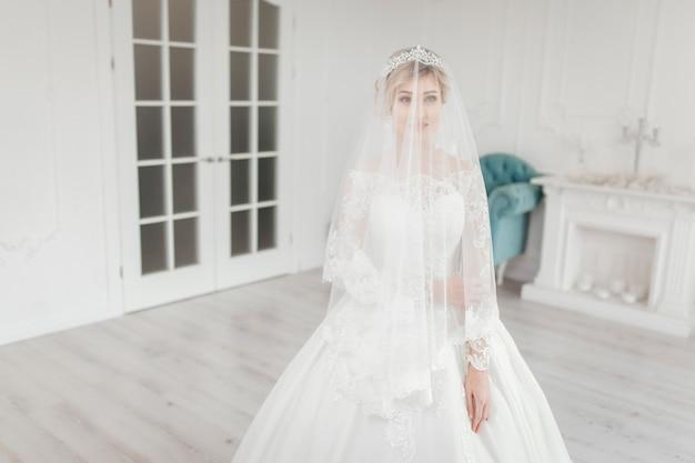 Noiva glamourosa em vestido de noiva