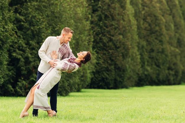 Noiva graciosa com roupas etno dançando