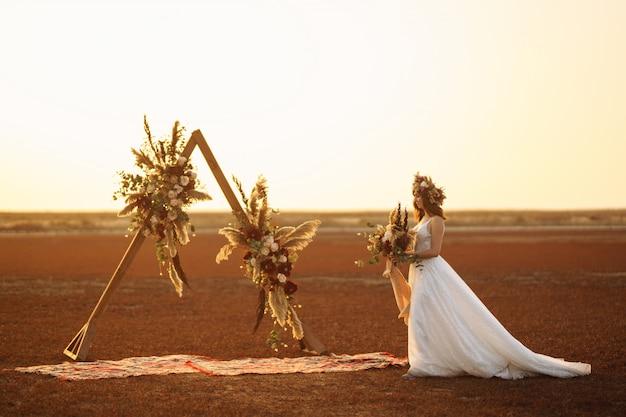 Noiva incrível na luz do sol. linda noiva. estilo boho
