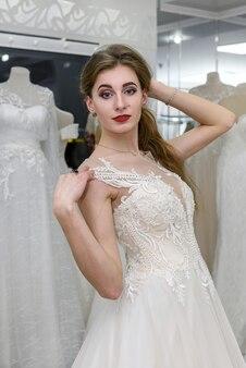 Noiva jovem e atraente sorrindo no salão de casamento