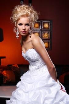 Noiva jovem e bonita no vestido de casamento