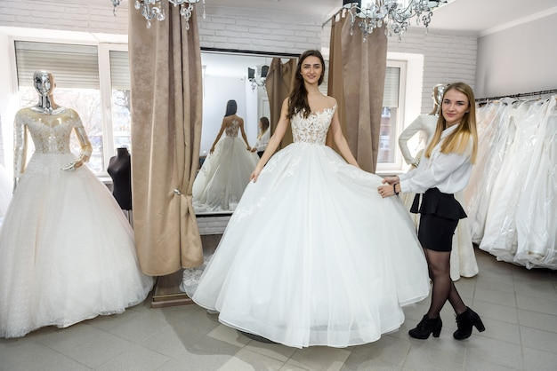 Noiva jovem e linda posando em vestido de noiva