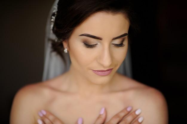 Noiva. jovem modelo com pele e maquiagem perfeitas
