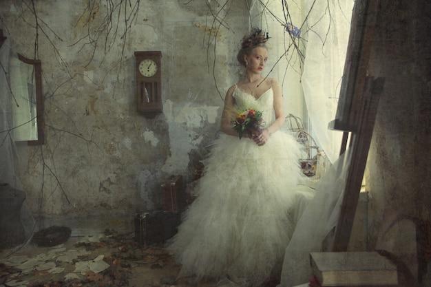 Noiva jovem romântica no interior vintage