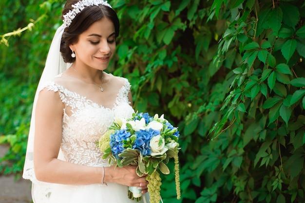 Noiva linda ao ar livre em uma floresta.