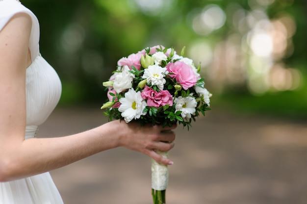 Noiva linda com buquê de flores