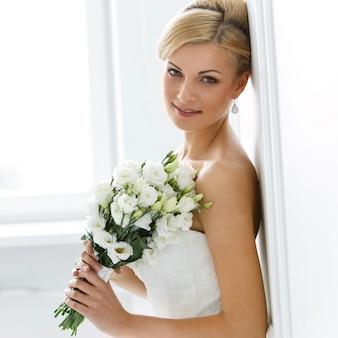 Noiva linda com buquê