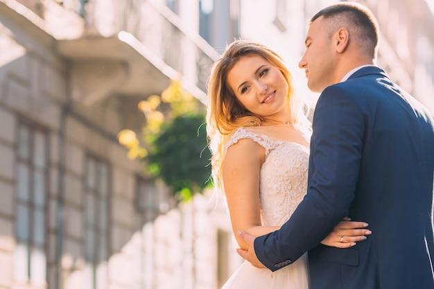 Noiva linda com maquiagem suave em vestido branco com renda.