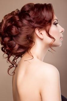 Noiva linda com penteado da moda
