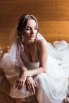 Noiva linda com penteado de casamento da moda. retrato de close-up da jovem noiva linda. casamento.