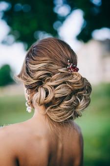Noiva linda com penteado de casamento da moda