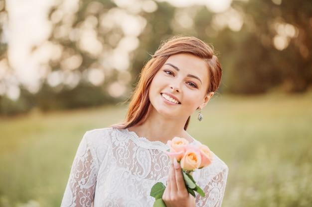 Noiva linda com rosas ao ar livre