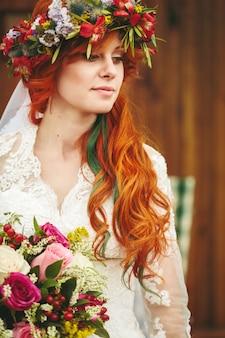 Noiva linda de cabelo vermelho com flores