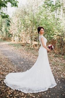 Noiva linda e delicada em um vestido branco