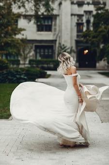 Noiva linda em um parque