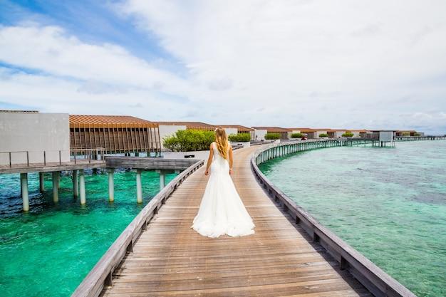 Noiva linda em um vestido branco nas maldivas