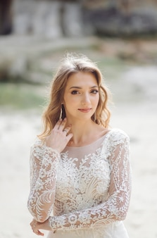 Noiva linda em um vestido branco posando.