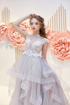 Noiva linda em um vestido de casamento caro