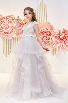 Noiva linda em um vestido de noiva caro
