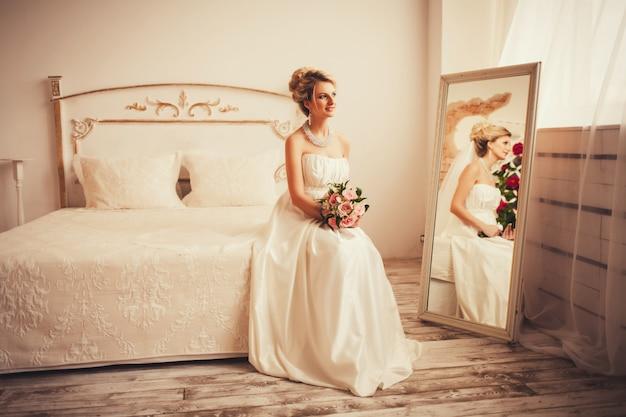 Noiva linda em um vestido de noiva interior