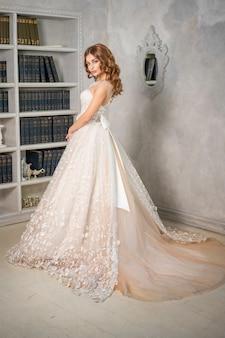 Noiva linda em um vestido de noiva longo