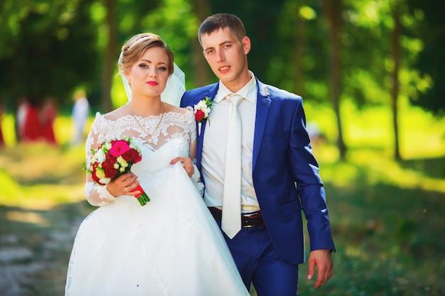 Noiva linda em um vestido de noiva luxuoso e noiva elegante em um smoking