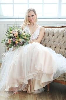 Noiva linda em um vestido de noiva